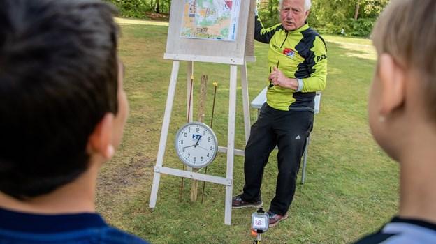 Som formand for Rold Skov Orienteringsklub stod Ole Jensen klar til at give hver enkelt klasse den sidste instruks om hvordan de skulle læse det udleverede løbskort.