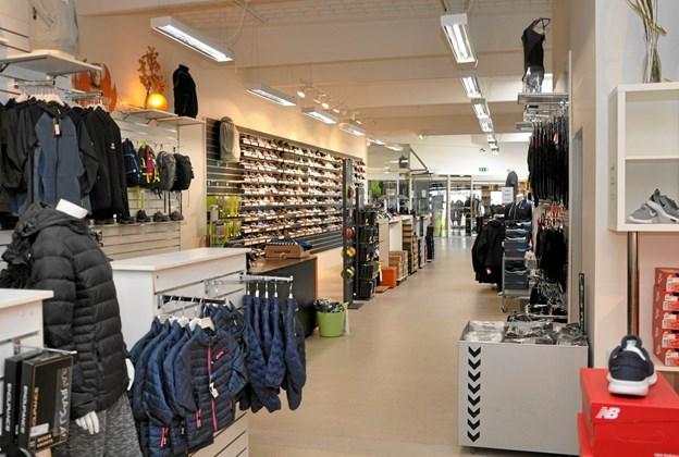 Udvalget indenfor de forskellige sportsgrene er meget stort og kræver meget plads, og det meget lange butikslokale er absolut velegnet hertil. Foto: Ole Torp