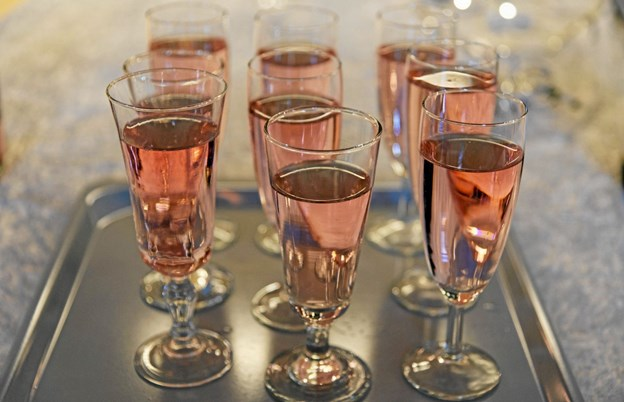 Der blev skålet og ønsket godt nytår i lyserød champagne. Foto: Niels Helver Niels Helver