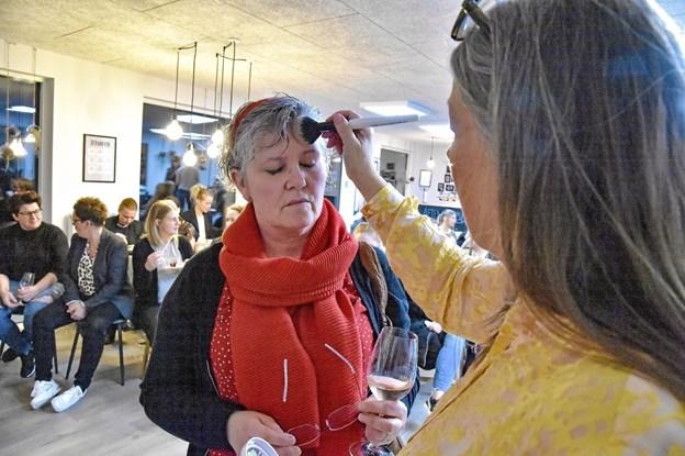 Marian Damkjær fra Link svingede villigt make-up penslen til Kvali:Tids kvindearrangement. Foto: Ole Iversen