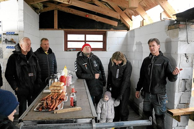 Formanden for Voersaa Kajakklub, Brian Mølgaard (th) glædede sig over en fantastisk opbakning blandt borgere og virksomheder til klubbens nye hus. Foto: Tommy Thomsen