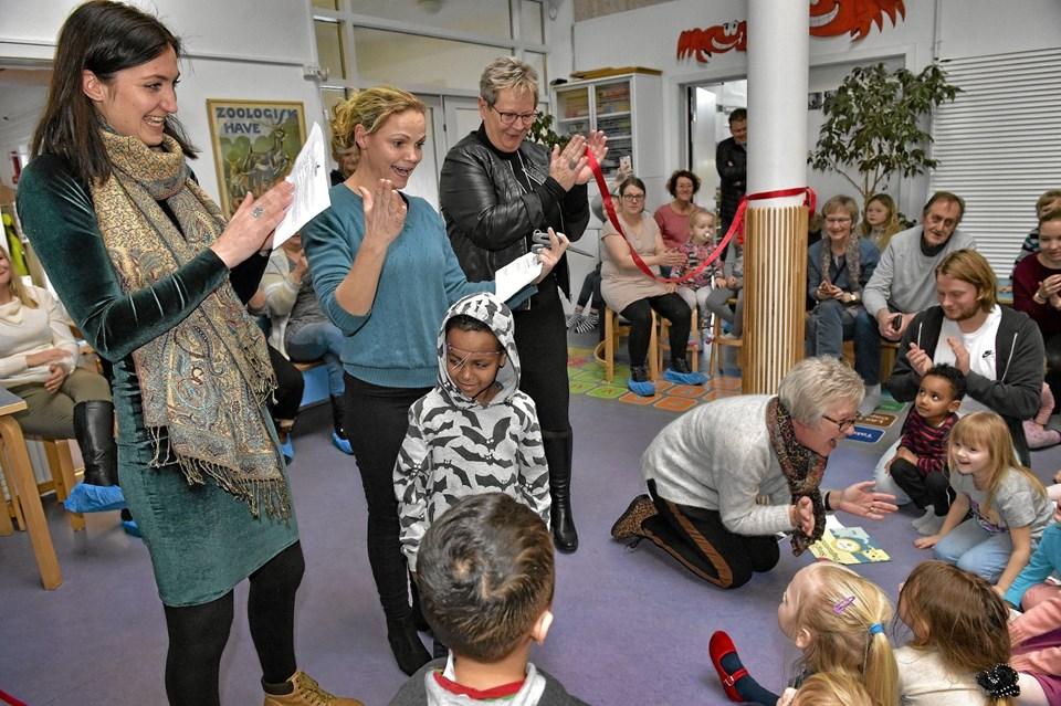 Mette Damiri, leder sangskolen Thy, Maria Stensgaard Nielsen, sprogpædagog i Limfjordsbørnehaven og borgmester Ulla Westergaard klippede båndet. Foto: Ole Iversen