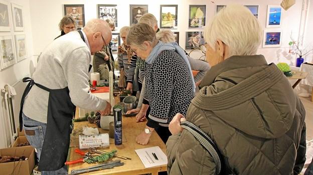 Kunstcentrets gartner, Bent Pedersen, gav gode råd og idéer til, hvordan man laver juledekorationer. Foto: Jørgen Ingvardsen Jørgen Ingvardsen