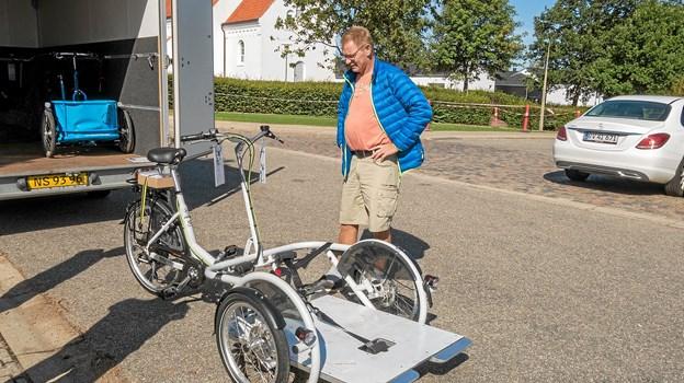 Preben Trolle beundrer den nye cykel og glæder sig at give kørestolsbrugerne nogle gode oplevelser. Foto: Niels Helver