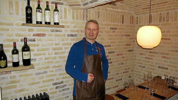 Ole Madsen klar i den hyggelige vinbar. Foto: Kirsten Olsen