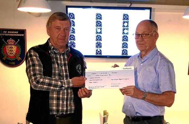 Jens Arne Abildgaard (t.v.) tog imod de 50.000 kroner fra Svend Ovesen fra Inge og Jørgen Pangels Mindelegat.Privatfoto