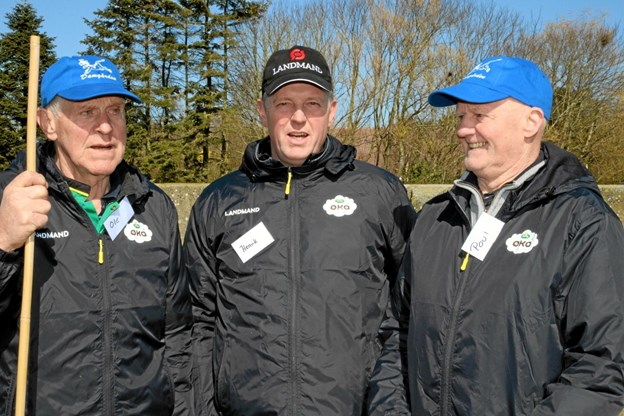 Landmand Henrik Jensen omgivet af sin far Poul Jensen og medhjælperen Ole. Foto: Flemming Dahl Jensen Flemming Dahl Jensen