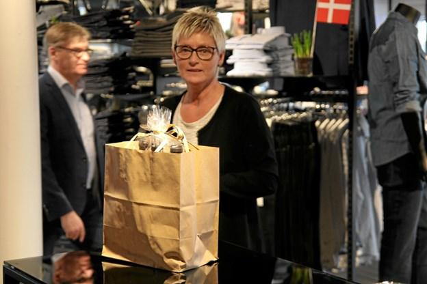 Lene Juul Christensen fik flere gaver i form af blomster og flasker på åbningsdagen. Foto: Flemming Dahl Jensen