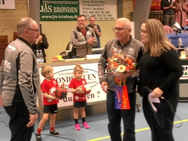 Frede Aagaard, der lige om lidt kan fejre 50 års jubilæum som frivillig i BI Håndbold, blev overrasket med blomster og hædrende ord i Brønderslev Hallen i aftes. Privatfoto