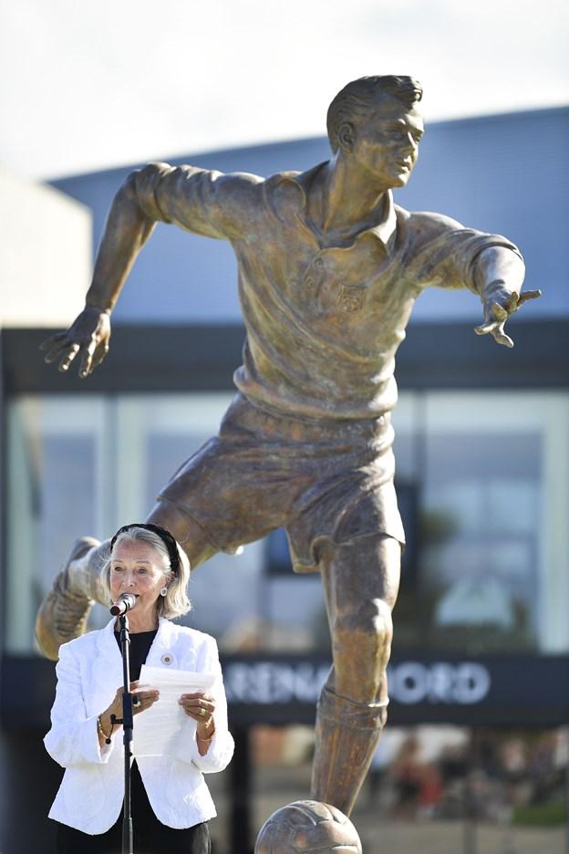 Det var en rørt Rudi Nielsen, der takkede Spar Nord Fonden, Frederikshavn Kommune og kunstneren Christian Svendsen for den smukke statue.