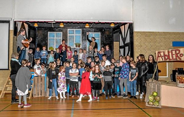 Børnene optrådte med sang fra scenen i Overlade Minihal. Foto: Mogens Lynge Mogens Lynge