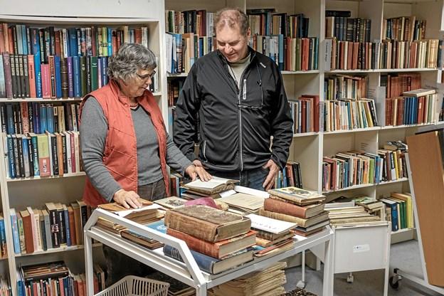 Da litteratur og antikvariske bøger er Vera Stavnskærs store interesse, er den store bogafdeling lige stedet for hende. Her hjælper hun Keld med at finde spændende bøger. Foto: Niels Helver Niels Helver
