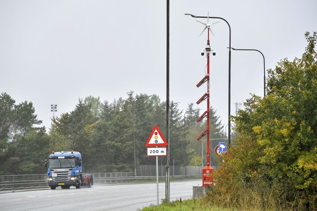 Den røde og iøjnefaldende security-mast er opstillet på motorvejsbroen på Humlebakken i Aalborg Øst, og den skulle gerne virke afskrækkende på eventuelle stenkastere.