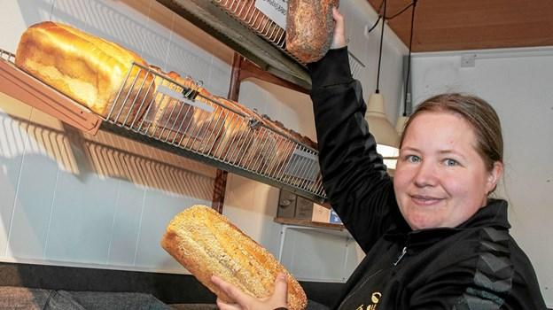 Mandag morgen kl. 6 var Helle Tybring Ørholm klar med frisk brød på hylderne. Foto: Peter Jørgensen Peter Jørgensen