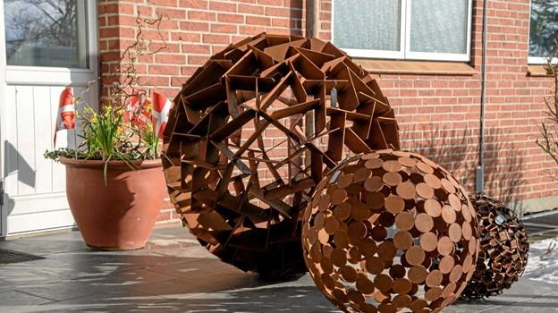 """Tidligere års overskud har været i stand til at donere kunstværket """"Kuglerne"""", der er fremstillet af genbrugsjern. Kunstværket pryder området foran skolen. Foto: Niels Helver Niels Helver"""