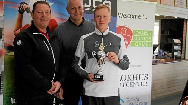Mats Ege fra Norge vandt junior turneringen hos herrerne. På billedet er han sammen den tyske dommer Jörg Masche og Dan Stage fra Blokhus Golfcenter. Foto: Flemming Dahl Jensen