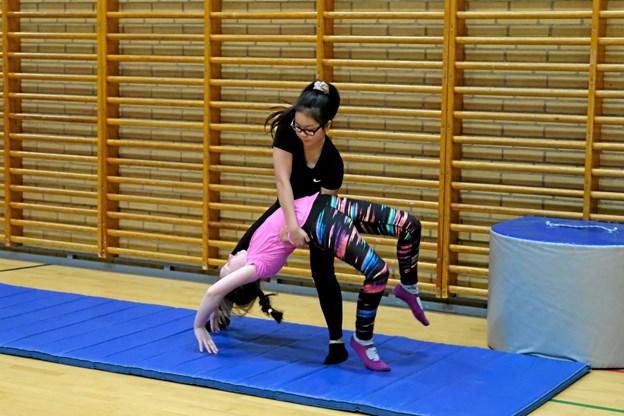 Ninna Schøtt træner børnene i flikflak. Foto: Niels Helver Niels Helver