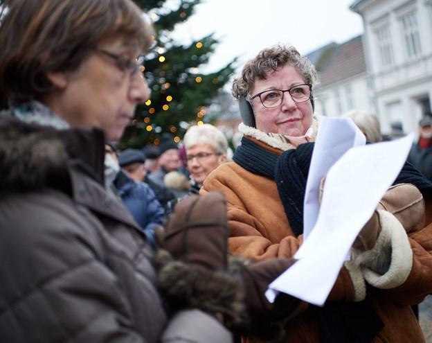 """Hobro Handel gentager den stemningsfulde stund """"nytårshøjtidelighed"""", hvorunder publikum blandt andet synger.Arkivfoto: Henrik Bo © Henrik Bo"""