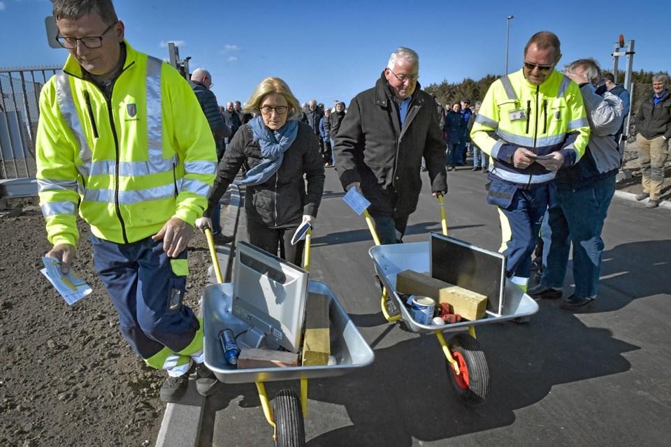 Symbolsk skulle de to politikere Ida Pedersen og Esben Oddershede dyste om at være dygtigst og hurtigst til at sortere to trillebør med affald - med assistance fra to ansatte. Foto: Ole Iversen