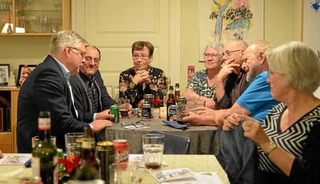 Der var god snak ved bordene - her bl.a. sammen med Søren Smalbro. Privatfoto.
