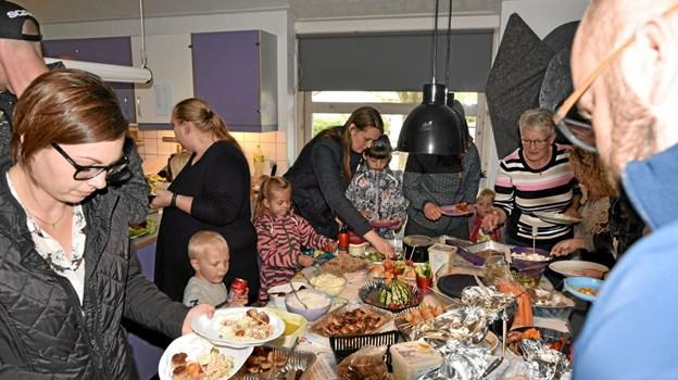 Maden til afslutningsfesten var medbragt af forældrene til ét stort sammenskudsgilde. Foto: Niels Helver Niels Helver