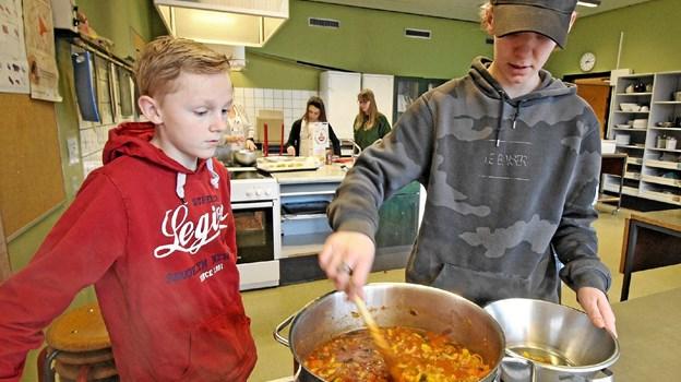 Emil Mørk Pedersen og Jakob Lydholm er her klar til at servere minestronesuppe for kammeraterne. Foto: Jørgen Ingvardsen Jørgen Ingvardsen