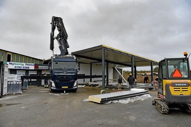 Tilbygningen er opført bag butikken - ud mod Klitmøller Å. Her er der varemodtagelsen der opføres. Foto: Ole Iversen Ole Iversen