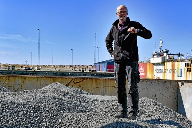 Søren Goul sprang op i skibet for at inspicere den første skibslast til firmaet. Foto: Ole Iversen Ole Iversen