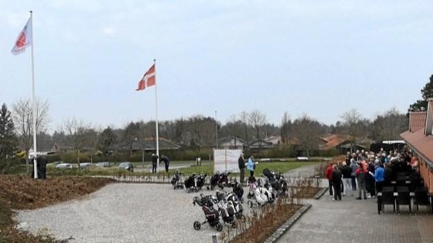 Standerhejsning med sang og velkomsttale foran klubhuset. Foto: Kasper Mølbæk