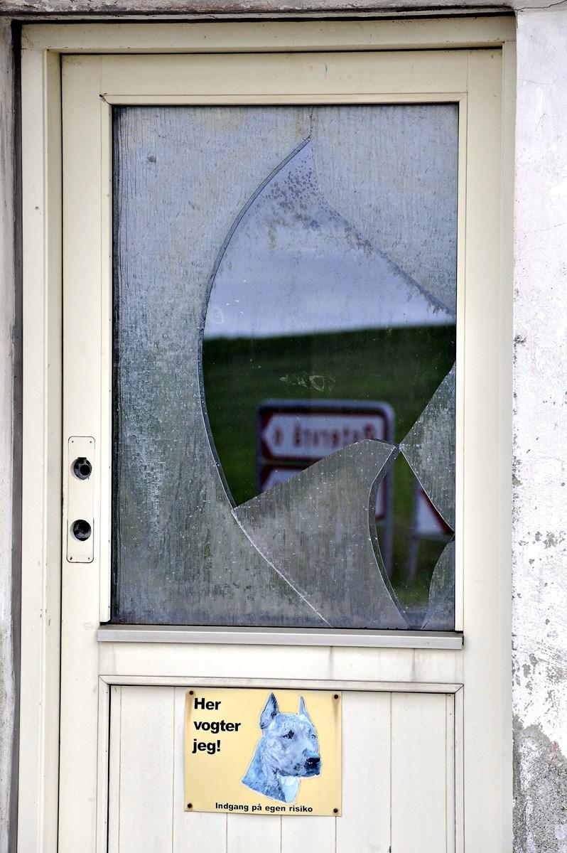 Nogen har forsøgt at knuse ruden i hovedindgangen til Løthvej 202.