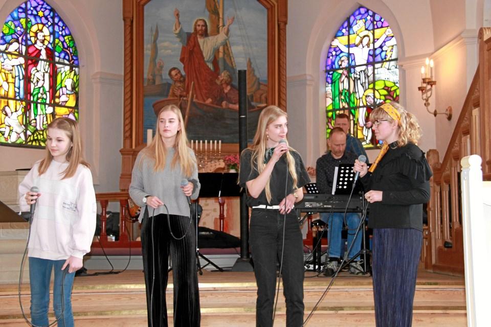 Sangere fra Kulturskolens Talentklasse var med til at sætte et ungdommeligt præg på sangaftenen i Løgstør, bakket op af  Kulturskolens lærerband. Privatfoto