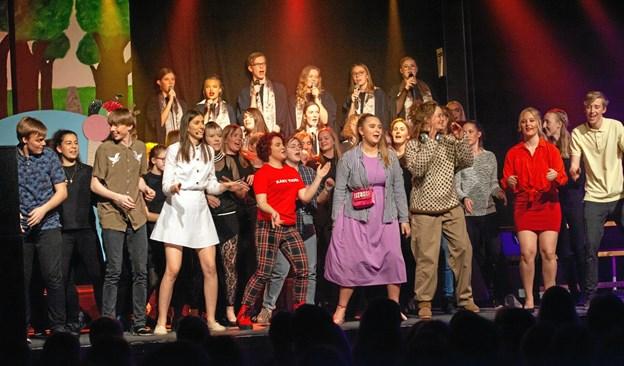 """Eleverne på Fjerritslev Gymnasium havde knoklet for at blive klar til at opføre musicalen """"Fortrydelsen"""". Men det var alt det hårde arbejde værd. Foto: Mattias Bodilsen"""