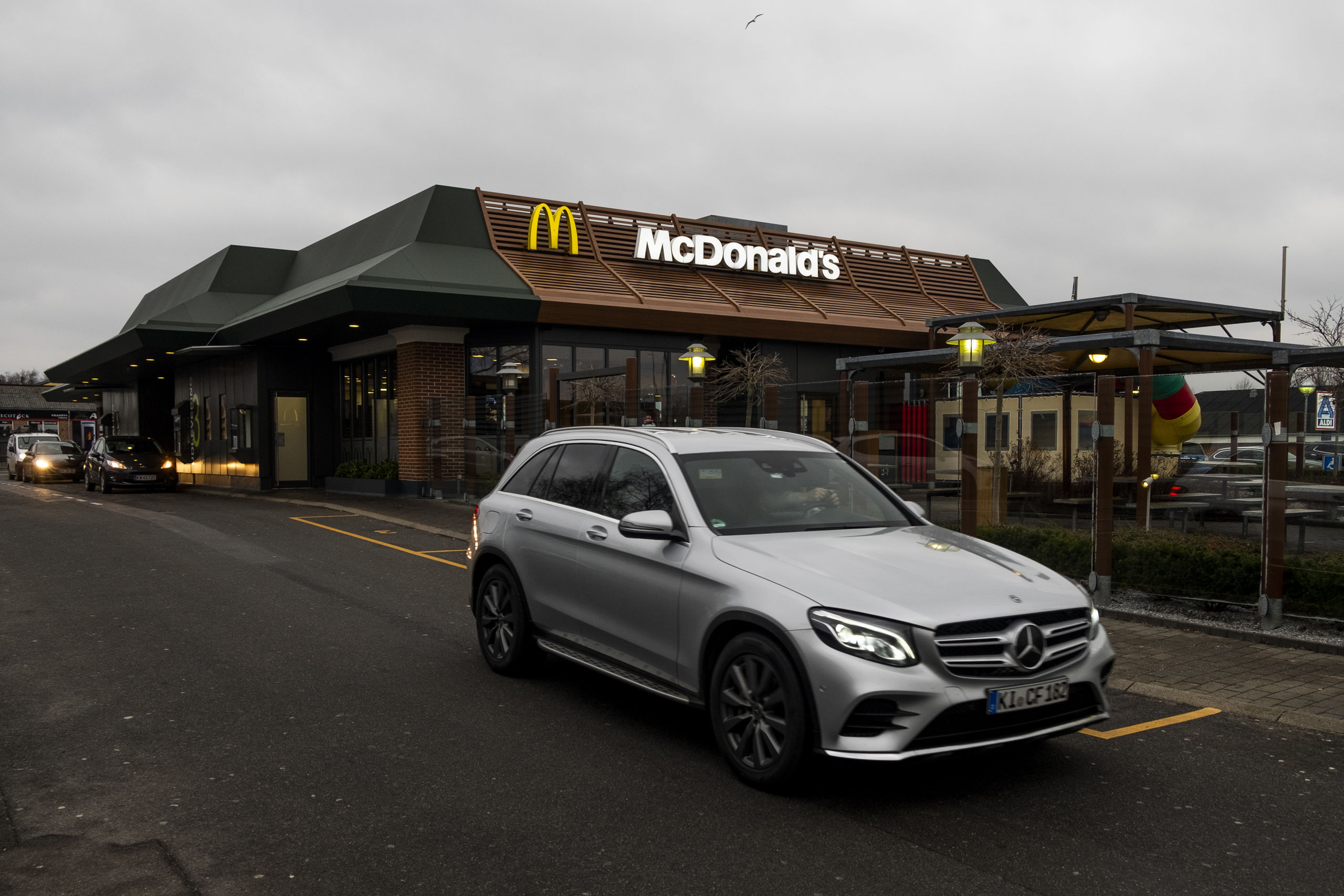 Det er populært at køre forbi McDonald's Skalborgs McDrive den 1. januar, så man må væbne sig med tålmodighed, når man skal have stillet sin trang til fastfood. Foto: Lasse Sand