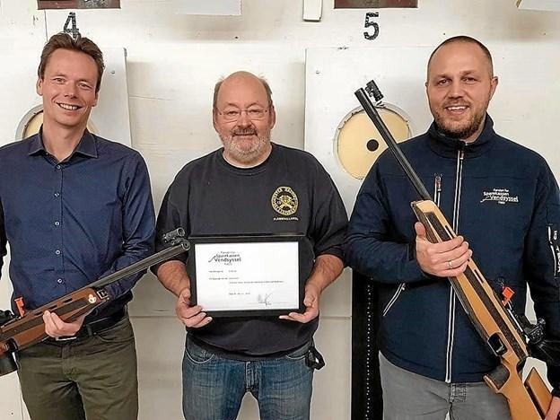 Skytteforeningens formand, Flemming Larsen flankeret af Mads B. Jakobsen (t.v.) og Rasmus Hosbond Kirch. Privatfoto