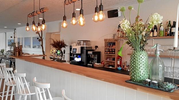 Baren i caféen er flot, enkel og hyggelig. Baren bruges også til at servicere gæster i gårdhaven. Foto: Ole Svendsen
