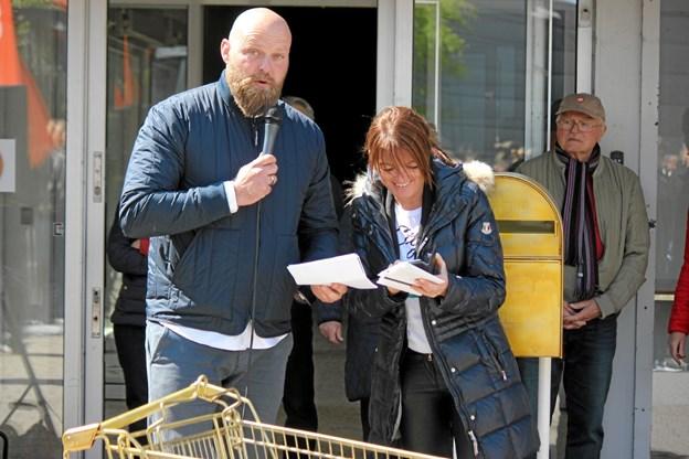 Konferencier Nicolaj Lange sammen med Rikke Brusgaard som trak de heldige vindere. Flemming Dahl Jensen