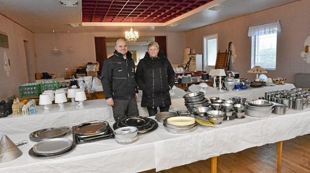 Henriette og Jesper Møller er klar til at sælge alt inventaret fra Nors Kro fra kopper til møbler. Foto: Ole Iversen