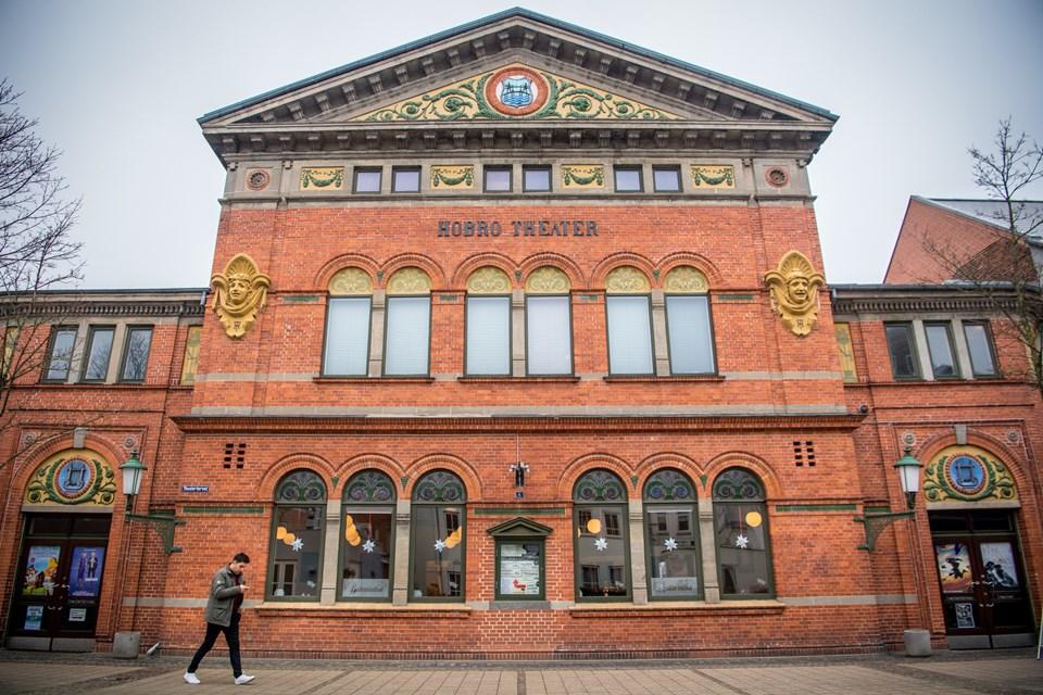 Siden 1902 har den prægtige bygning knejset på Theatertorvet i Hobro. Martin Damgård