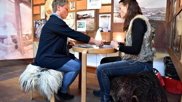 Trine Pedersen (tv.) fik lagt tarot-kort hos Helle Bøjlesen - og meldingen er, at Trine Pedersen har masser at glæde sig til i 2019. Så det var en glad Trine Pedersen, der gik fra messen.
