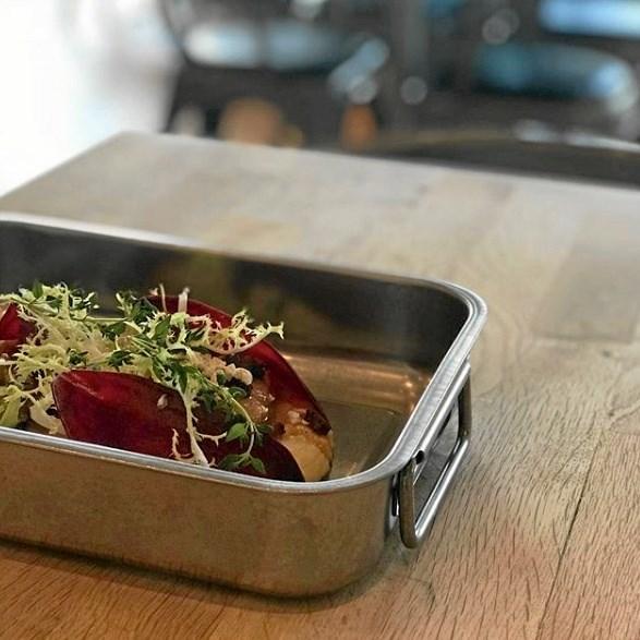 Bistro V har retten Bradepanden på deres menu, der består af braiseret griseskank. Foto: Bistro V