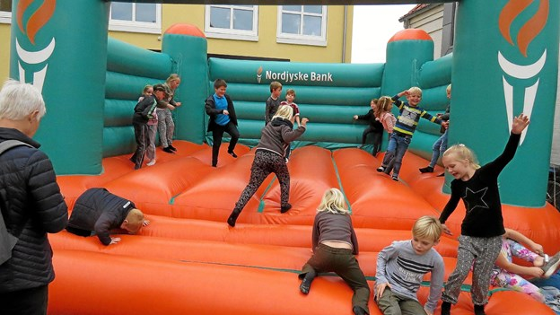 Hoppeborgen gav børnene sved på panden. Foto: Kirsten Olsen