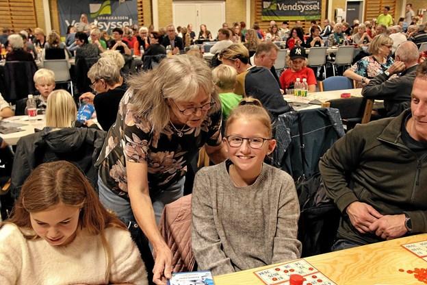 Ved børnebingoet var Laura Johnsen en af de heldige vindere, og får her gevinsten overrakt. Foto: Hans B. Henriksen Hans B. Henriksen