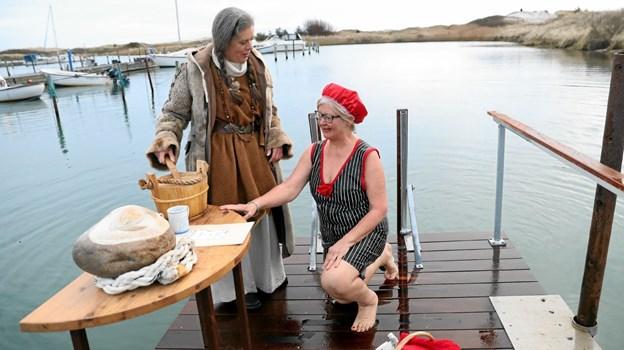 Tove Andersen døbte de nye vikinger. Her får Jytte Clemmensen tilnavnet Sigrun. Foto: Allan Mortensen Allan Mortensen