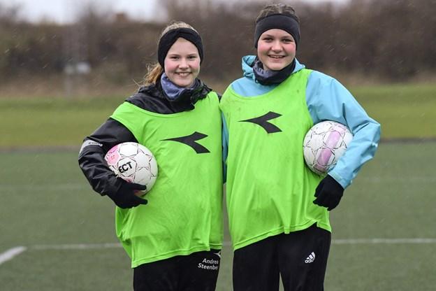 Andrea Stenberg Nielsen og Fie Overlade har spillet i FfI en fire-fem år. Til daglig går de i samme klasse på Frydenstrandskolen. Claus Søndberg