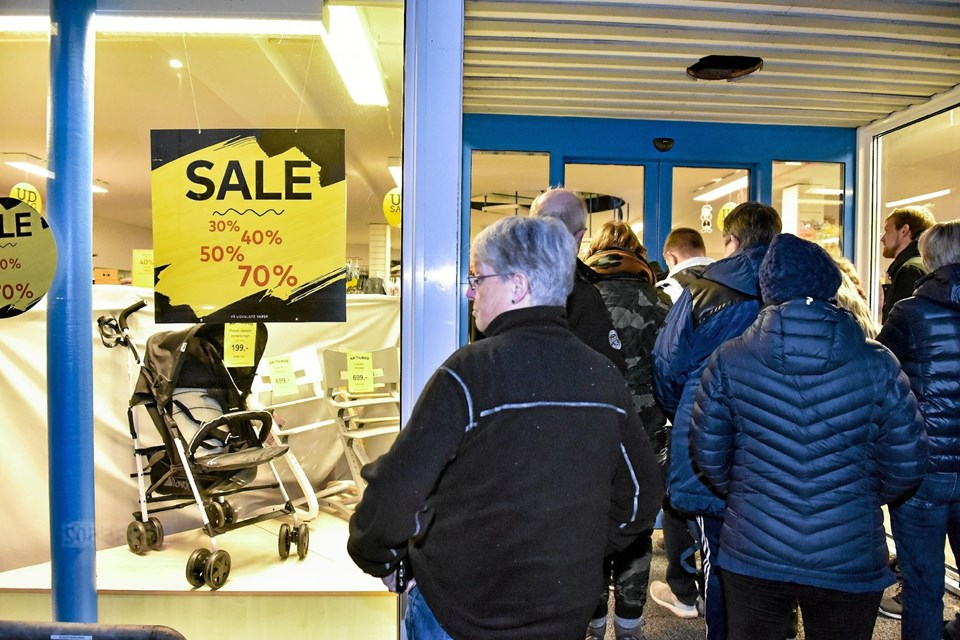 Barnevogne til 100 kroner og op til 70 procent rabat trak hundredevis af morgenfriske kunder. Foto: Ole Iversen Ole Iversen