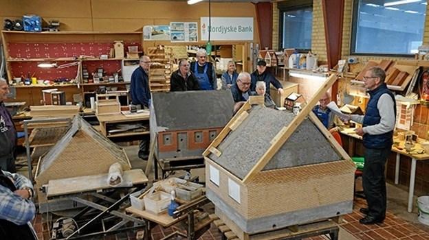 Der er lunt og godt i Minibyens værksted, hvor alle arbejder i vinterhalvåret. Hér skabes nye huse og de eksisterende huse repareres. Privatfoto.