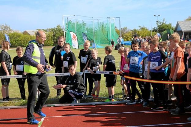 Bestyrelsesmedlem og træner Mads Krogh sørger for, at løberne bliver grundigt instrueret inden start. Foto: Tommy Thomsen Tommy Thomsen