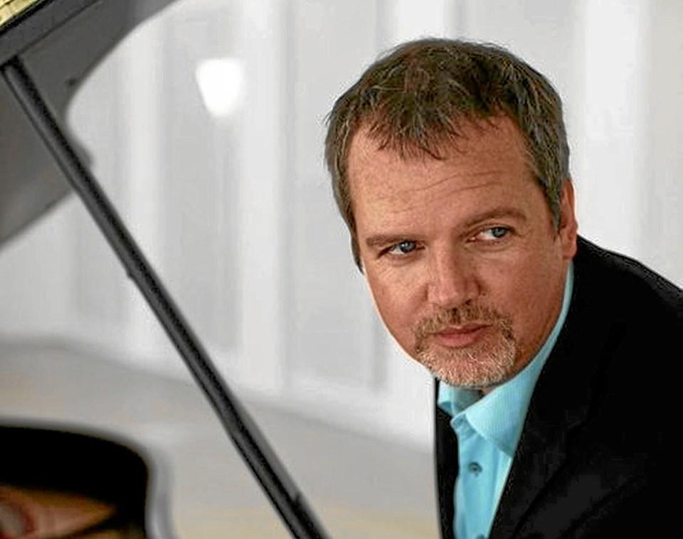 Pianisten Niklas Siveløv har været en af de trofaste kunstnere, der har optrådt adskillige gange i Dorf hos Ragnhild Kjølberg.Foto: Jørgen Ingvardsen Jørgen Ingvardsen