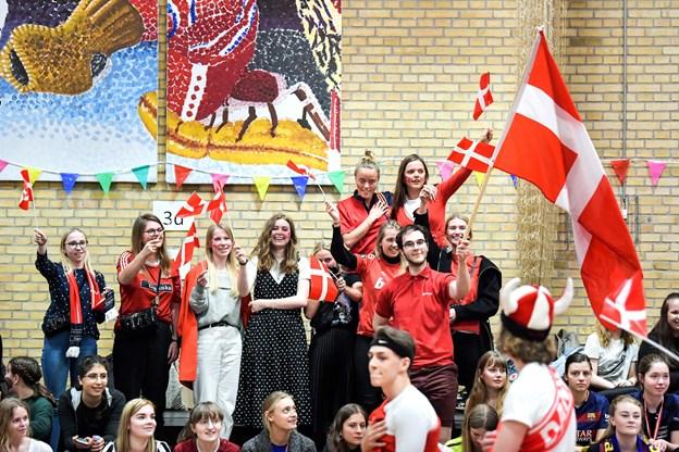Et af 3'g holdene var sande danske rooligans, som marcherede ind til nationalhymnen. Foto: Claus Søndberg Claus Søndberg