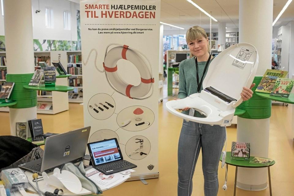 Malene Mandrup Poulsen fra Hjørring Kommunes afdeling for Velfærdsteknologi viser og demonstrerer smarte hjælpemidler, der gør hverdagen lettere som eksempelvis et skylle-tørre toilet. Foto: Niels Helver